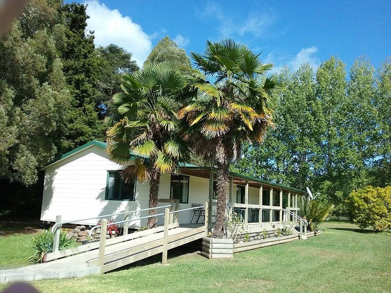 Entire self contained  Sunshine Cottage, holiday rental in Rawene