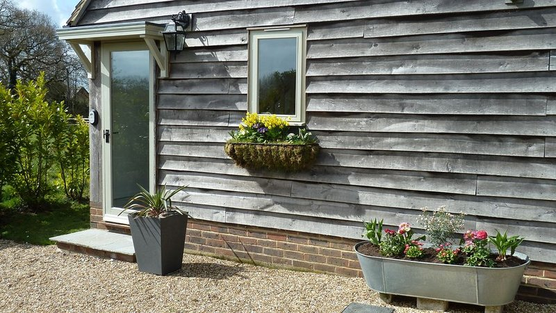 Independent luxurious contemporary sanctuary with views to the South Downs., vacation rental in Mannings Heath