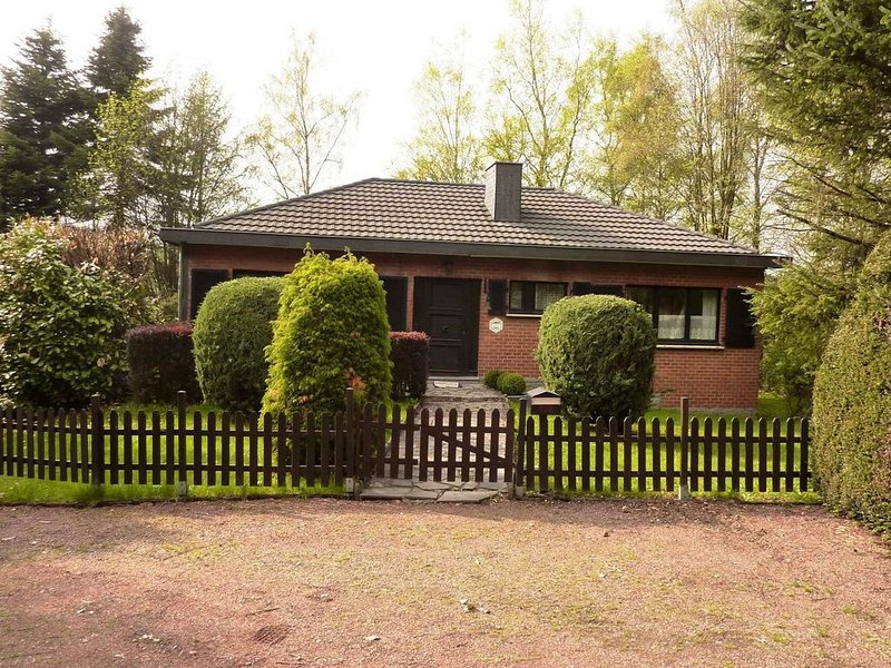 A simple cottage and garden with a view at the back over the fields and forest., location de vacances à Waimes