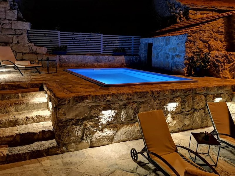 Stone Holiday Home in Brotnice Dalmatia with Outdoor Jacuzzi, holiday rental in Zvekovica