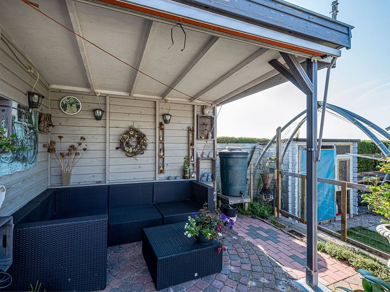 Secluded Holiday Home in Julianadorp with Garden, vacation rental in Den Hoorn