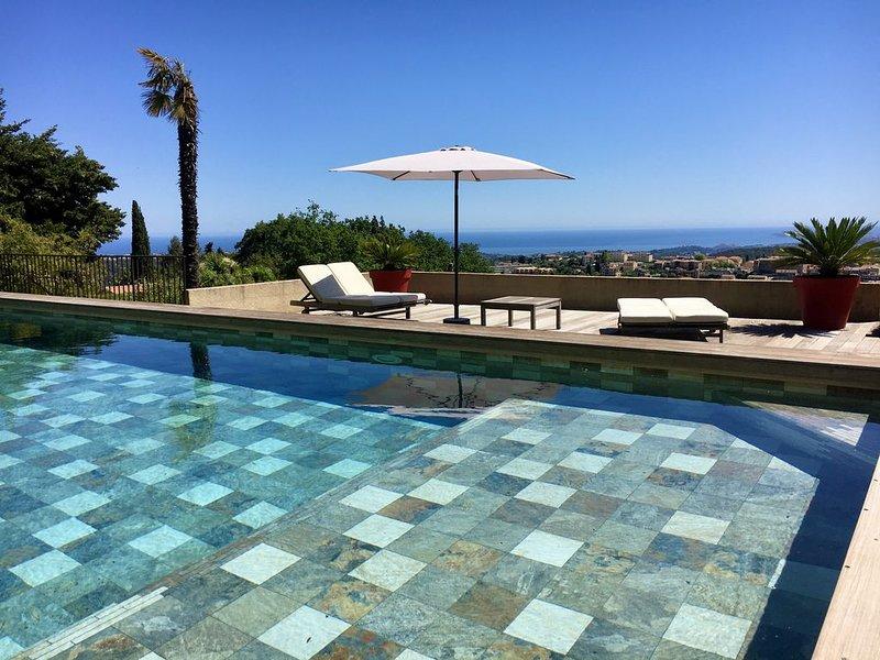 Superbe Villa en pierres avec piscine, vue mer panoramique, Ferienwohnung in Vence