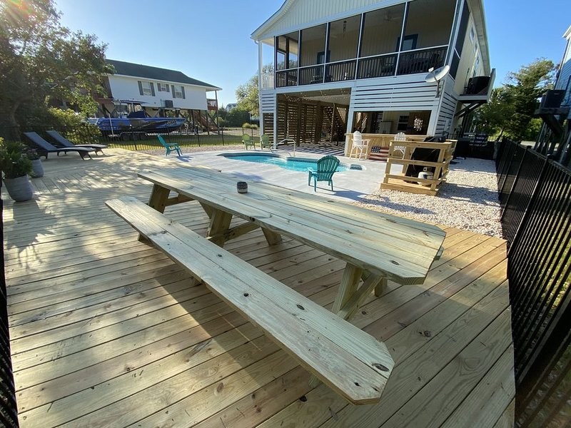 Ultimate Beach Getaway in Beautiful Home with brand new POOL! New pics added!, location de vacances à Oak Island