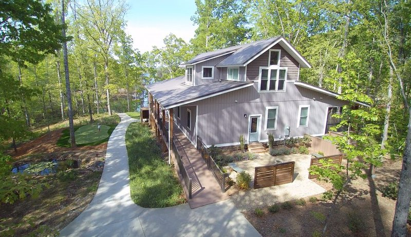 Experience our Unique Modern Farmhouse; Quiet cove; 18 Private acres!, holiday rental in West Union