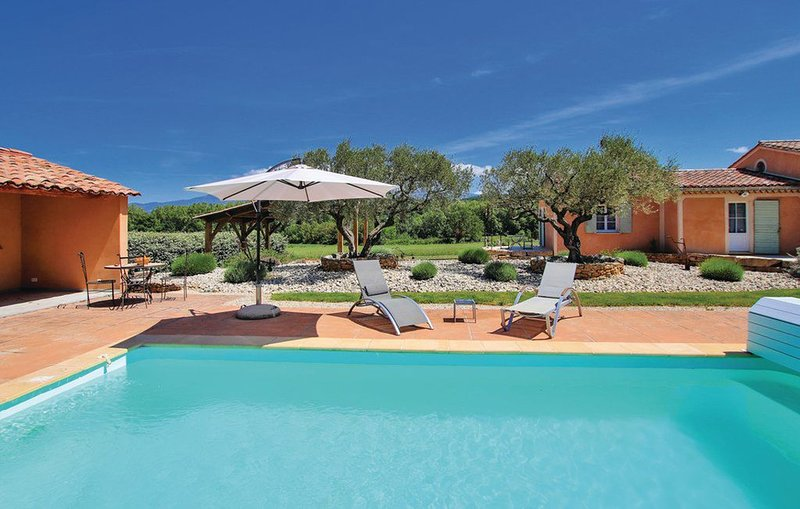 Gîte au calme en campagne avec piscine privée, holiday rental in Mormoiron