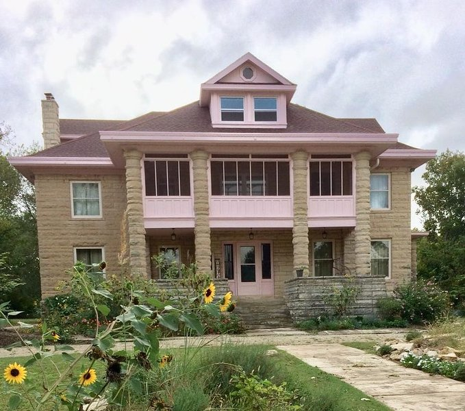 Flint Hills beauty! Enjoy our verandas for refreshing your body, mind and spirit, location de vacances à Matfield Green