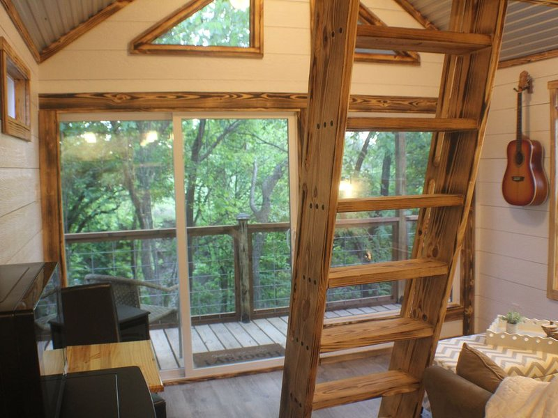 Luxury Treehouse 1 hr from DFW, holiday rental in Valley View