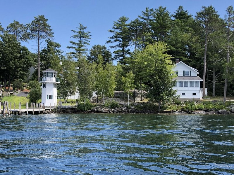 Lakefront Cottage with Lighthouse and Dock on Lake Winnipesaukee, aluguéis de temporada em Laconia