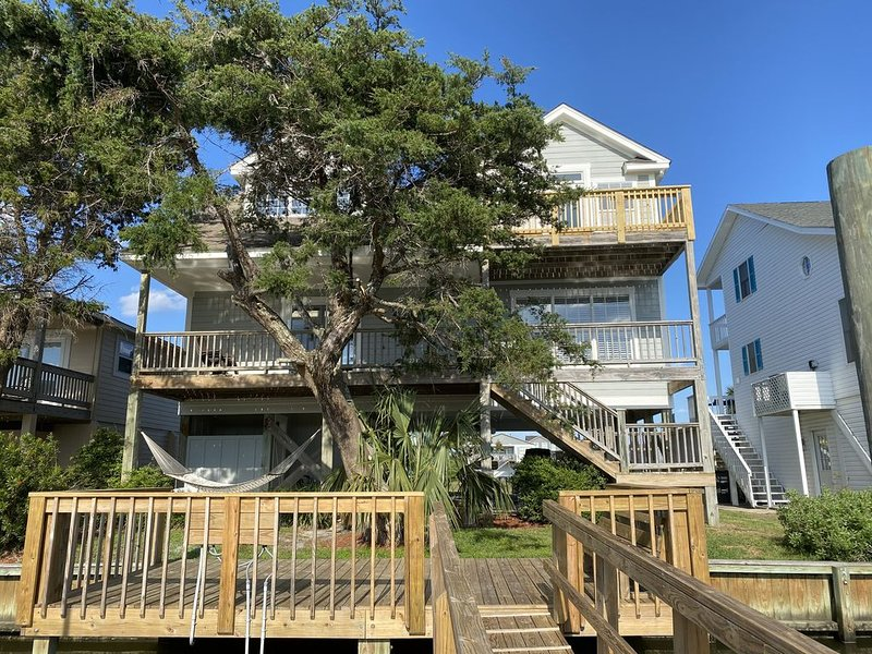 Come see the remodel! Boat & fishing in your backyard, just steps to the beach., alquiler de vacaciones en Holden Beach