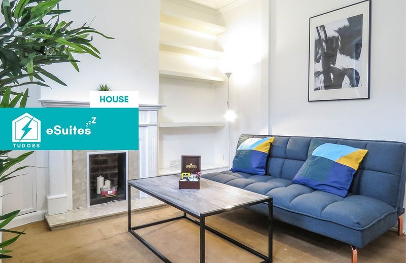 Tudors eSuites beautiful town house based in City Centre, holiday rental in Sandwell