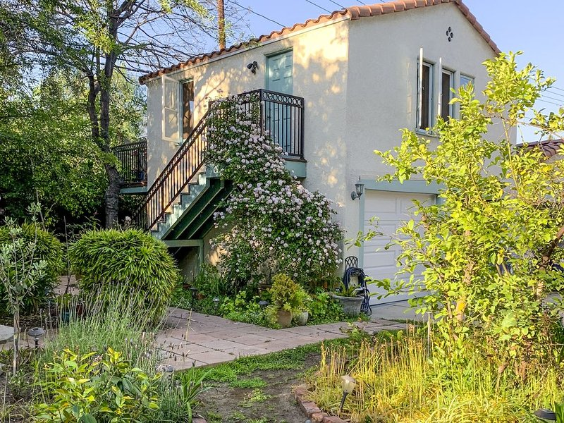 Tranquil 1-bd Guesthouse Apartment on Spanish Estate, sundeck w/ mountain views, vacation rental in Altadena