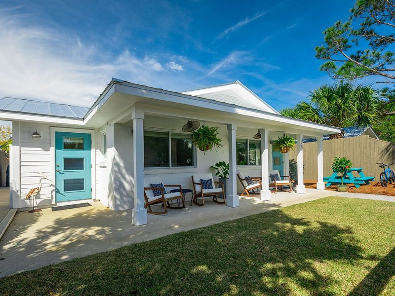 Bluefish Coastal Cottage - 3 bed / 2 bath - Walk to the Beach, Bikes & Hot Tub!, alquiler de vacaciones en Santa Rosa Beach