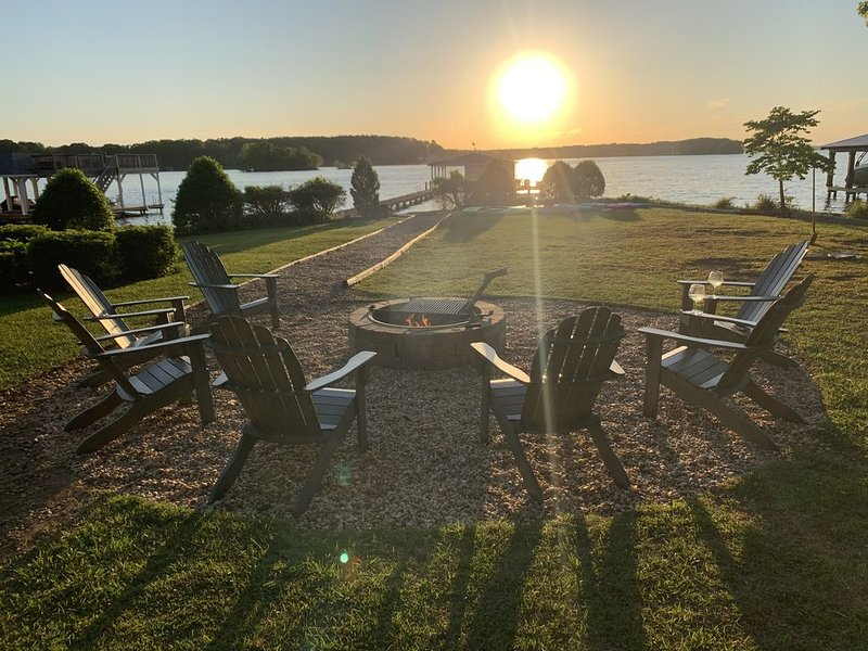 Spectacular Main Lake Sunsets from spacious 4 BR, 3800 sq ft, 1-acre point lot, holiday rental in Vaughan