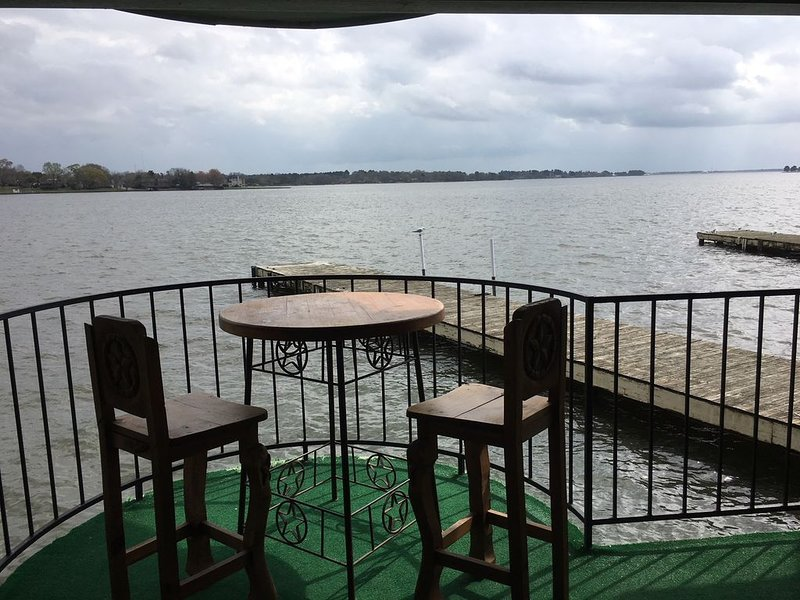 On the water just like being on a boat; but, you have a full bath and can BBQ!!, vacation rental in Willis