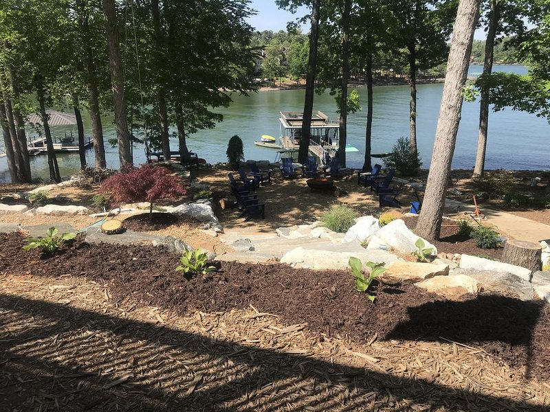 Dujardins waterfront lake Keowee home, with double dock on a deep, wide cove..., holiday rental in West Union