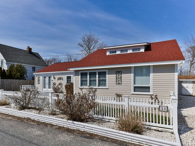 Fireplace, Family Friendly + Close to Cape Cod Beaches!, vacation rental in West Dennis