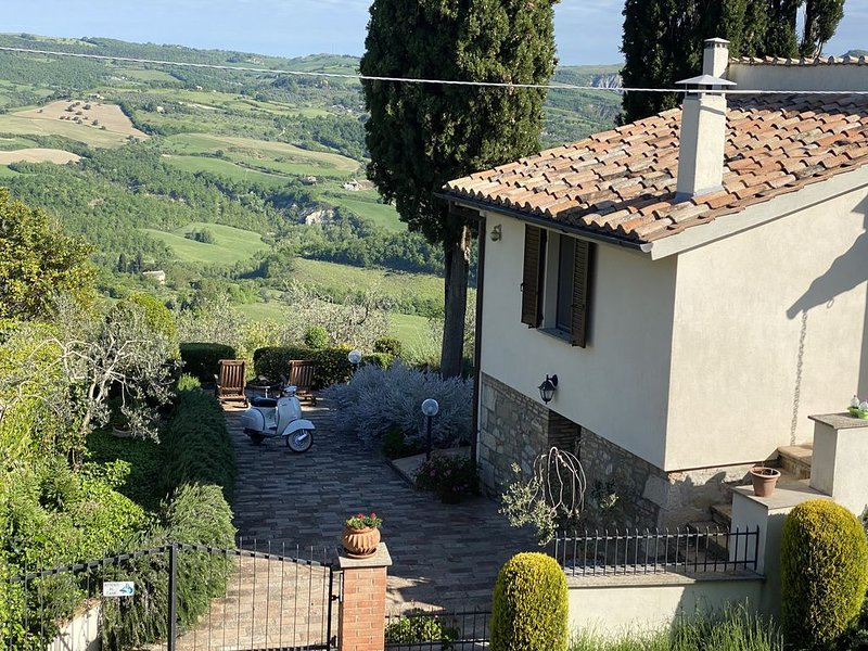 Private Villa steps from the Village, vacation rental in Casciano