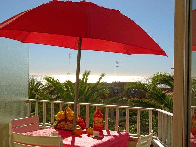 Appartamento MONOLOCALE con balcone con vista mare a 50 metri dal MARE, holiday rental in Taggia
