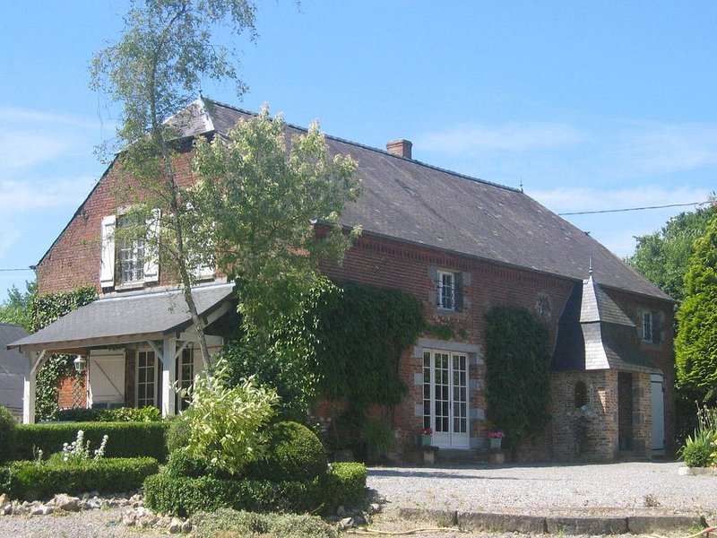 Alluring Cottage in Englancourt with Fenced Garden, location de vacances à Aisne