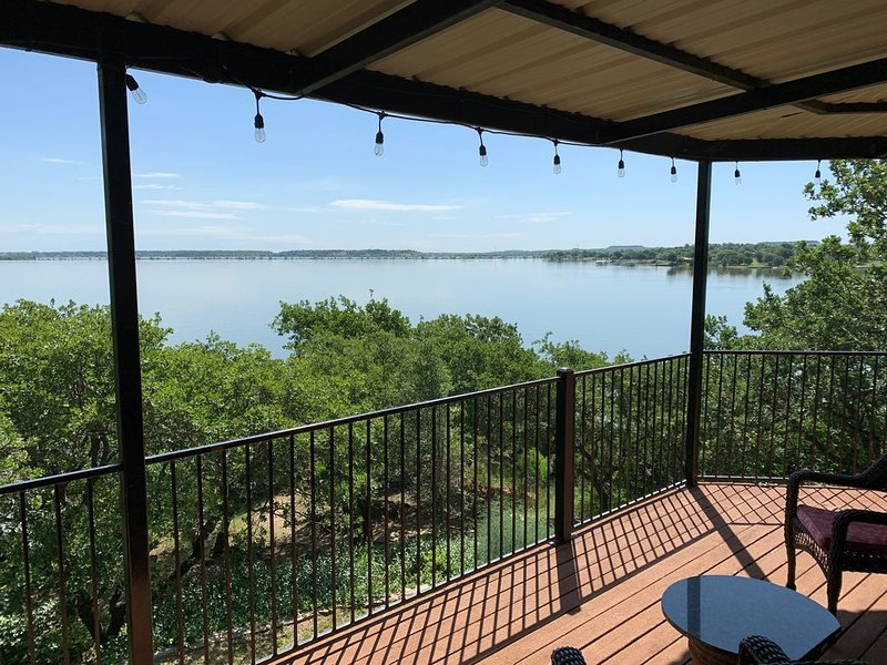 SECLUDED LAKEFRONT RETREAT WITH BOAT DOCK AND LARGE PATIOS!!, alquiler vacacional en Chico