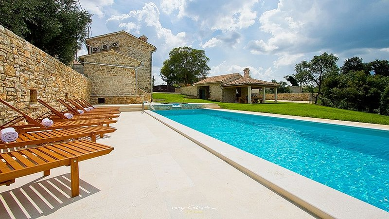 Beautifully restored villa with pool near Pula, holiday rental in Divsici