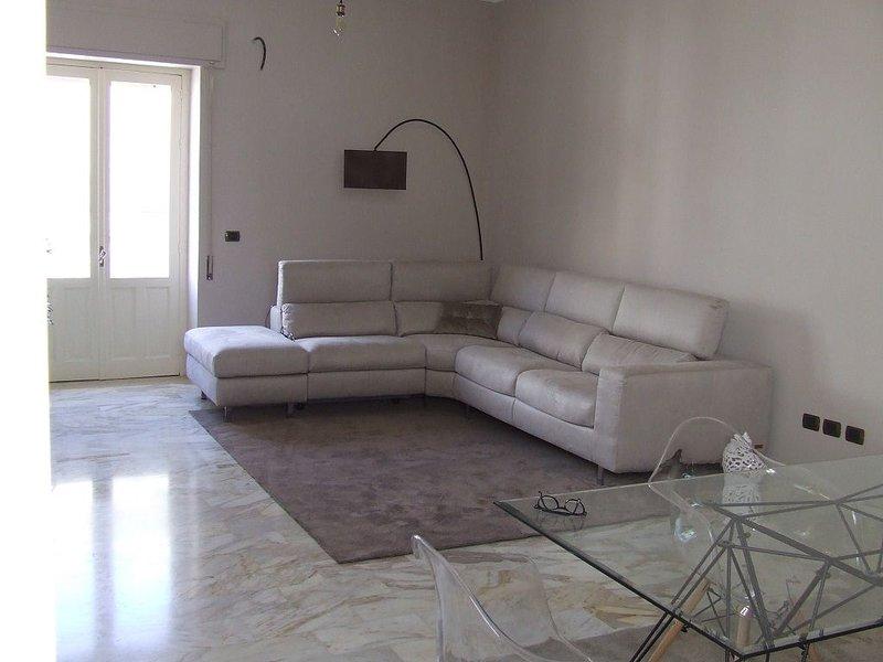 Elegante appartamento con veranda, soleggiato e distante 300 metri dal mare, holiday rental in Testa dell Acqua