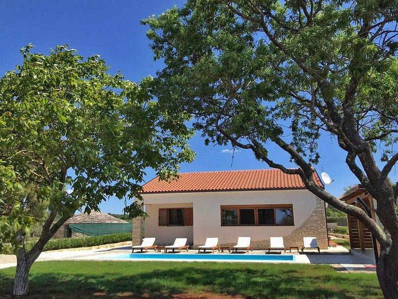 Landhaus mit Pool bei Rovinj - nur 1 km vom Meer entfernt, holiday rental in Rovinj
