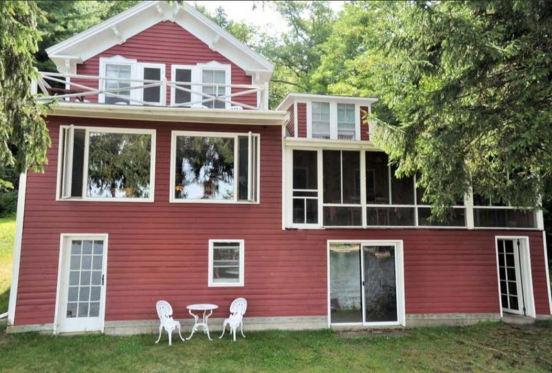 Perfect Family Lakefront Vacation Home on Lake George, NY, location de vacances à Comstock