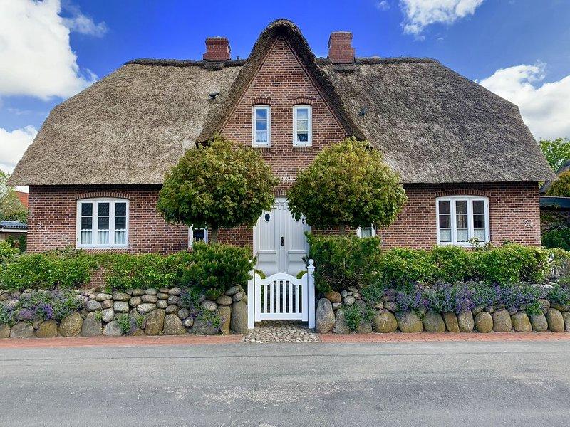 Eine reetgedeckte Doppelhaushälfte mit Stellplatz für bis zu 2 PKW., holiday rental in Bredstedt