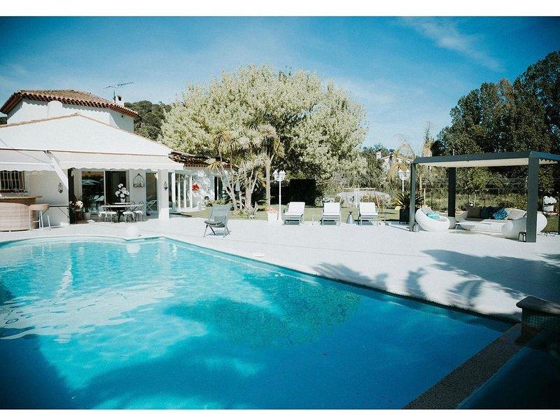 Maison provençale moderne avec piscine et jacuzzi, holiday rental in Alpes Maritimes