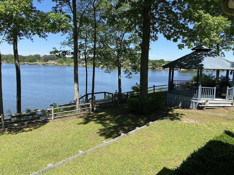 LAKEFRONT house on Lake Tuscaloosa- We ARE open for travelers!, holiday rental in Fosters