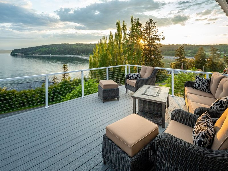 Amazing Sunset Water Views/2 Fire Pits/AC/Lots of Games/Craft Tables and more!, location de vacances à Langley