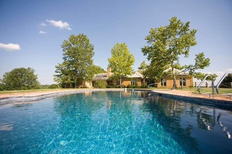 18-Person House with Pool on Spectacular Rural Estate w/ Hot & Pool, location de vacances à Rappahannock County