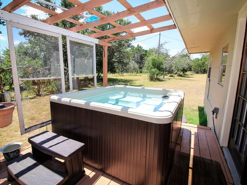 Bandera's Ranch House ~ Hot Tub ~ Country Living, holiday rental in Pipe Creek