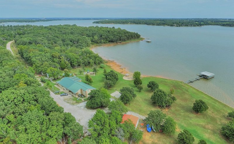 Secluded & Private Lakefront property that sleeps 16 located 30 miles from OKC, location de vacances à Shawnee