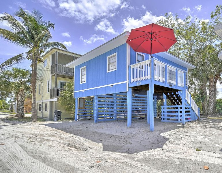 Fort Myers Beach Retreat.....Just steps and your feet are in the Gulf of Mexico, location de vacances à Fort Myers Beach