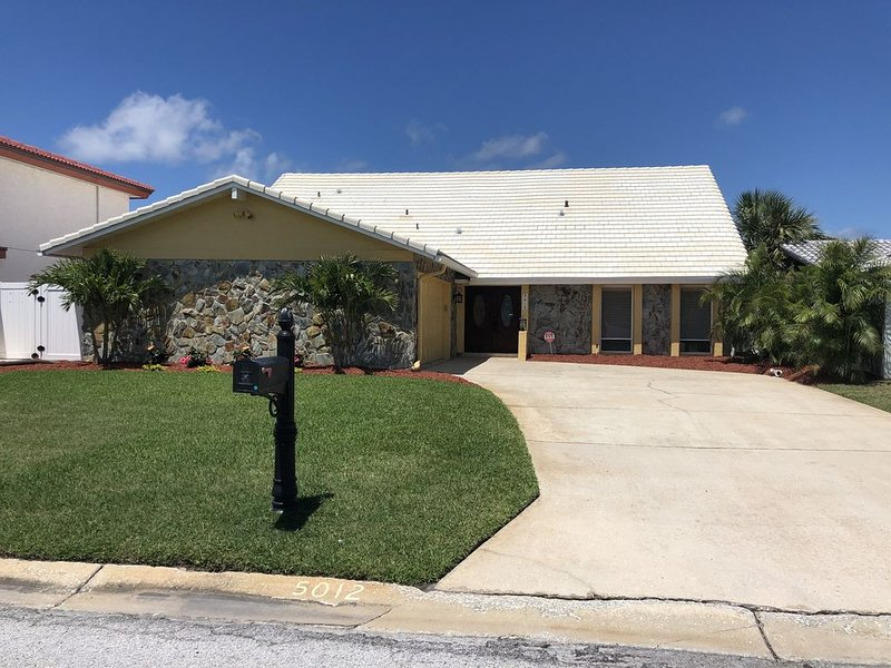 Heated Salt Water Pool ~ Direct Gulf Access ~ Beautiful Family Home, vacation rental in Elfers