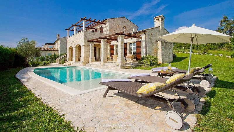 Beautiful stone villa with pool in Central Istria, alquiler de vacaciones en Buzet