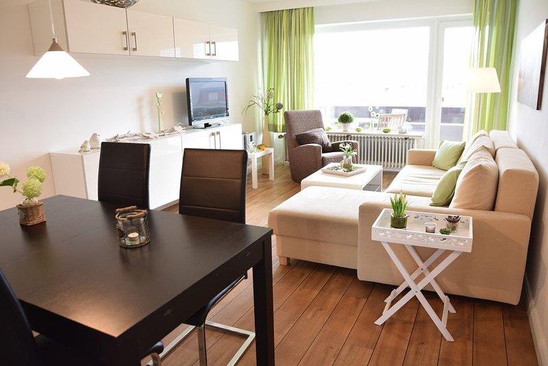 Moderne 2,5 -Zimmerwohnung mit Südbalkon in der ersten Etage., holiday rental in Westerland