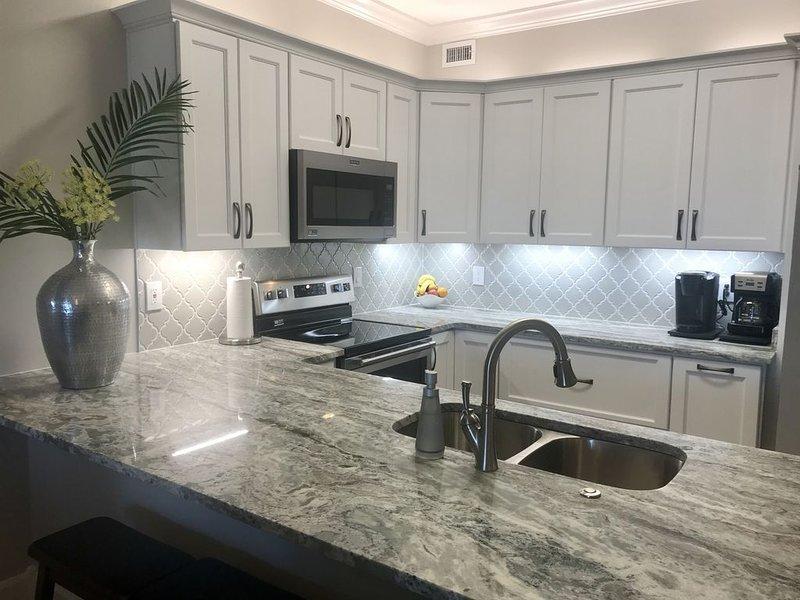 RI 410 **Gorgeous New Kitchen & Bath Upgrades**Double Shower**Beach Front**, holiday rental in Orange Beach