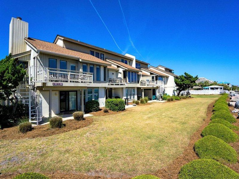 Beautifully Situated Beachfront Villa in the Heart of Fripp Island, aluguéis de temporada em Fripp Island
