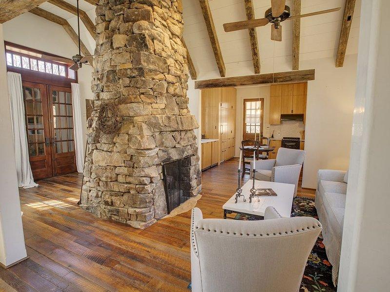 1890's Homestead Cottage - Mountain Vineyard Getaway, holiday rental in McDonald