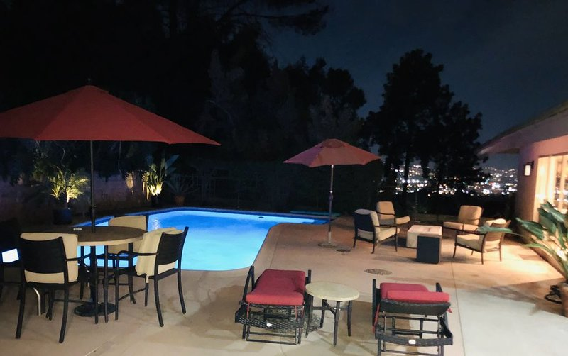 Gorgeous Hillside Home with Pool & City View, holiday rental in Glendale