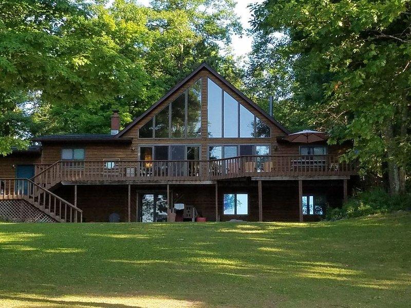 Round Lake Cabin Retreat, casa vacanza a Hayward