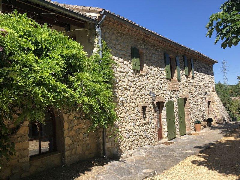 Mas de charme au pied du mont Bouquet proche d'Uzès dans un écrin de verdure, holiday rental in Mejannes-le-Clap