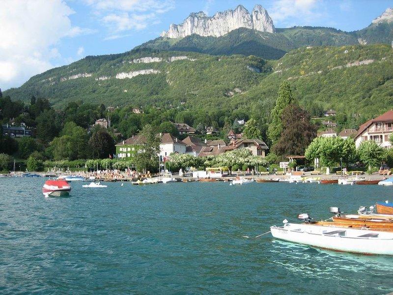 Maison centre village, proche plage et commerces. à 40 mn stations de ski, holiday rental in Talloires