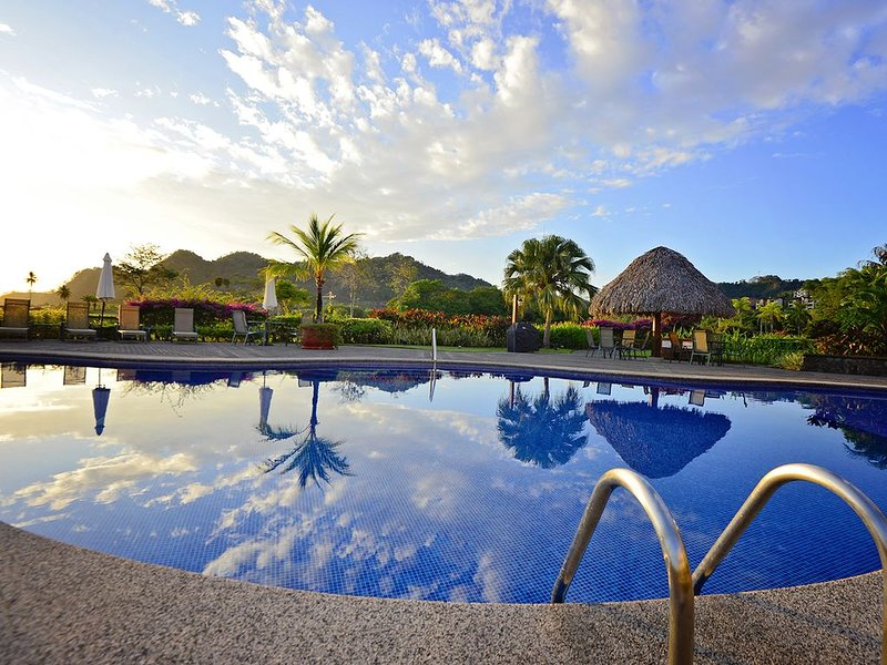 Luxury Condo, 35% of weekly and 50 % off monthly stays, valid to August 2020, holiday rental in Herradura