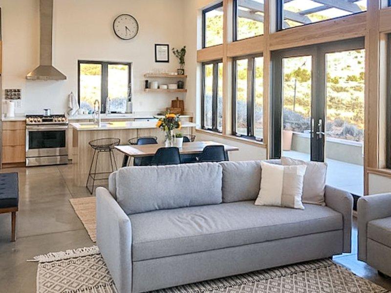 New listing! Luxurious guest house w/ mountain views, firepit, gas grill, & more, location de vacances à La Sal