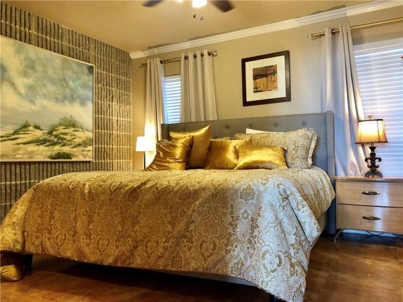 Master en-suite king size bed