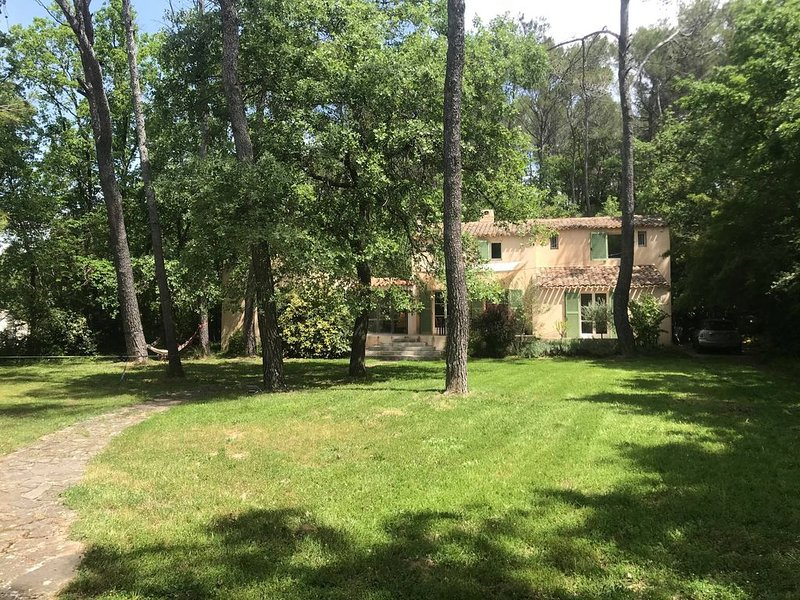 Aix-en-Provence, Maison de Charme, 200 m2, Piscine à débordement et Grand Jardin, vacation rental in Peynier